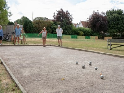 4 people playing bowls